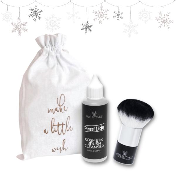 Weihnachts-Geschenkset: Kabuki-Pinsel und Pinsel-Shampoo im weißen Stoffbeutel.